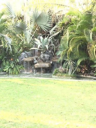 Frente al Hoyo 1 en Club de Golf Santa Fé, con alberca y cascada