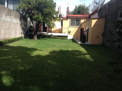Casa sola en un nivel con amplio jardín,T 325 M2